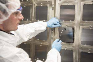 De productie van 156 x 156 mm zonnecellen uit perovskiet en silicium in een proefproductie voor Oxford PV in Duitsland.