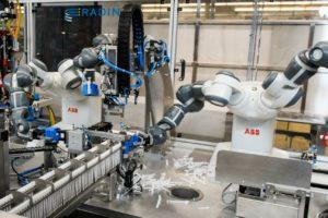 Innig samenwerkende robots bouwen hollewanddozen