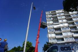 Energieleverende flat heeft windturbine en zonnepanelen