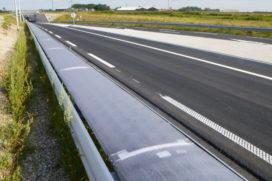 Flexibele zonnecellen als proef in 72 meter vangrail