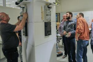 Installateurs testen invoer voor groepenverdelers