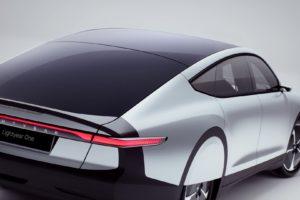 Elektrische auto met 5 m2 zonnecellen geïntroduceerd