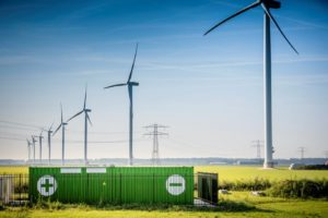 Hybride energiepark combineert windmolens, zonnepanelen en energieopslag